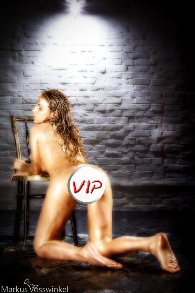 kneeling pose, VIP-Preview